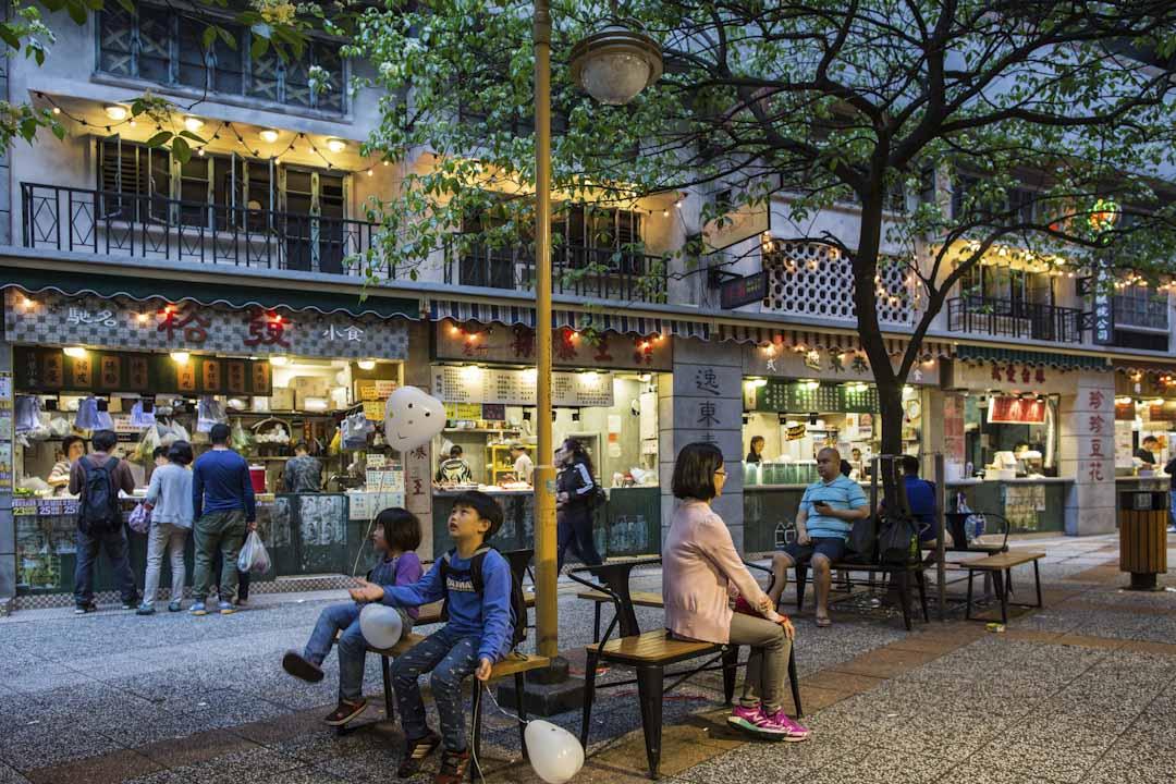 逸東街市外有各式小食,裝飾成古舊的街坊小店。
