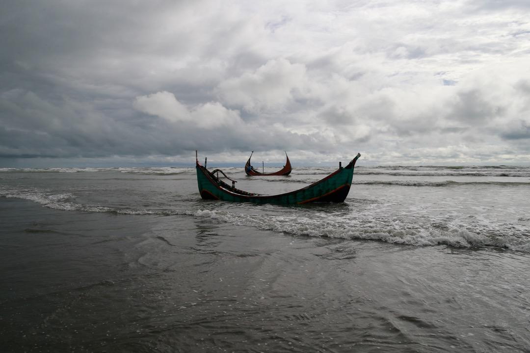2017年8月31日,在孟加拉海岸,孟加拉村民搜獲兩艘協助羅興亞人逃難時翻沉的船,翻船造成26名婦孺死亡。