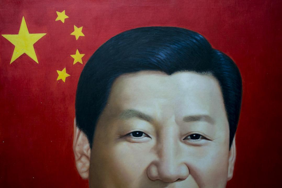 在大芬村,畫家通常會以客人提供的照片來繪畫領導人,這幅肖像就是由一位客人將習近平照片與中國五星紅旗合成作影像,再付費讓畫家繪製而成的。