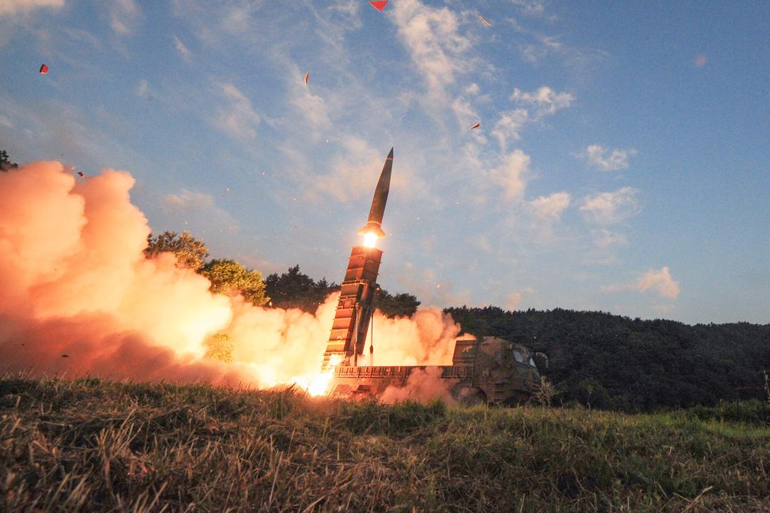 南韓4日進行陸空軍聯合導彈發射演習,圖為陸軍發射「玄武-2A」地對地導彈一刻。 來源:南韓國防部 via Reuters