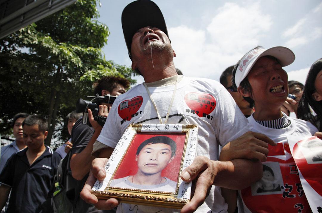 2010年5月26日,富士康跳樓死亡的員工家屬在深圳廠房外陳情,要求賠償及找尋死因。