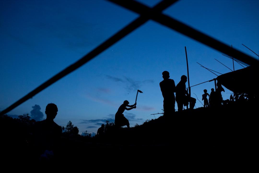 2017年9月2日,剛越過緬孟邊境的羅興亞難民在孟加拉的科克斯巴扎爾縣的Gundum地區搭建臨時居所。