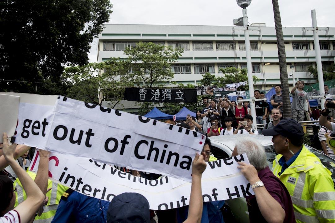 2017年9月7日,親中團體「珍惜群組」十多人自稱以「家長」身份到中大抗議,期間與中大學生爆發口角對罵。另外有內地生在中大民主牆前聚集,張貼反港獨和「#CUSU IS NOT CU!」單張,部分「港獨」單張被撕下或被「#CUSU IS NOT CU!」單張遮掩,有學生會成員在場阻止,雙方爭執,情況一度混亂。 攝:林振東/端傳媒