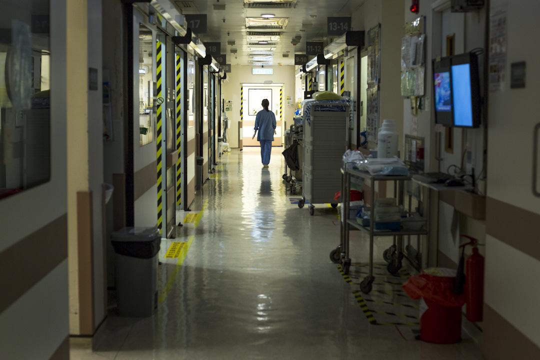 香港一間醫院的ICU的走廊,一名護士離開中。 攝:陳焯煇/端傳媒