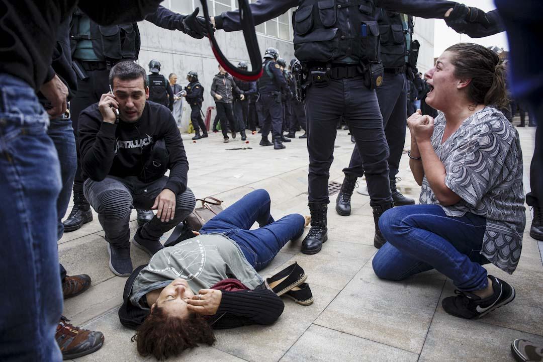 2017年10月1日,警察阻止公投市民進入加泰羅尼亞自治區獨立公投票站,警民衝突發生後,一名受傷的女子倒在地面上。
