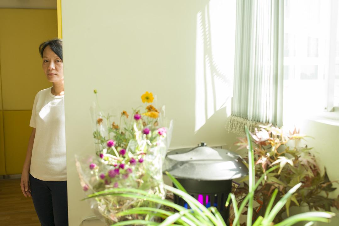 這些年月,香港撒瑪利亞防止自殺會資深社工韋賽姬一直相伴輕生者的親屬身旁,看著哀傷的輪廓蛻變成別的模樣。