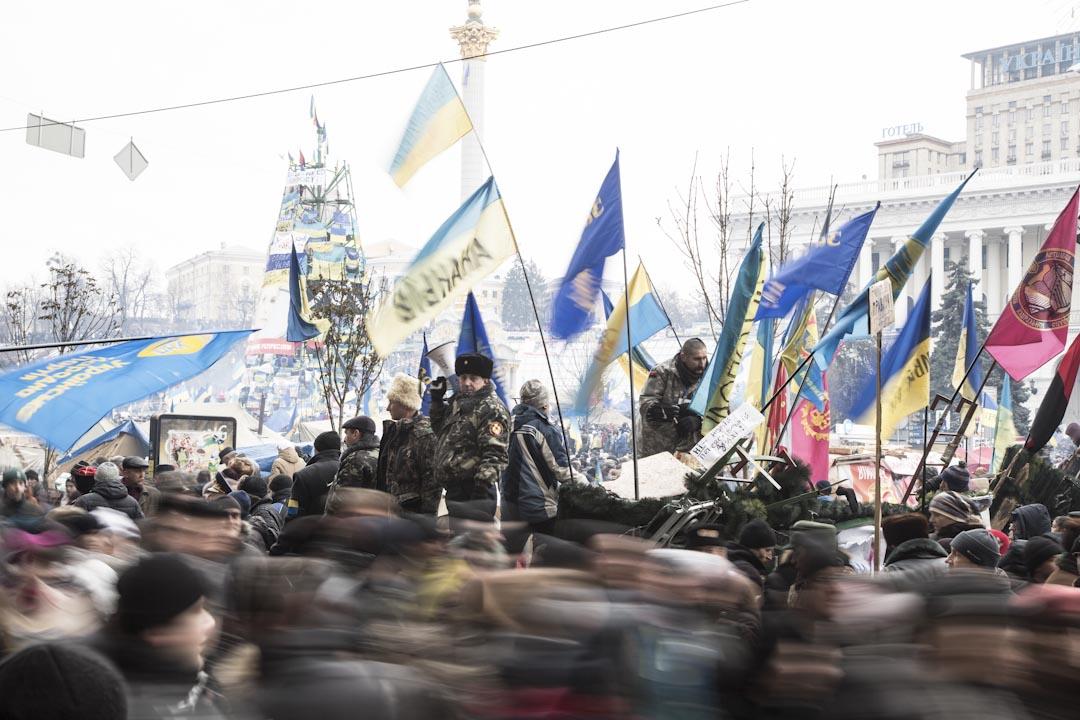 2013年11月21日,當時烏克蘭時任總統亞努科維奇(Viktor Yanukovych)突然停止簽署與歐盟的經濟合作進程,導致反對者舉行大規模示威,抗議持續幾個月之久。圖為2013年示威者控制了基輔的梅丹廣場的人流,要求總統辭職。