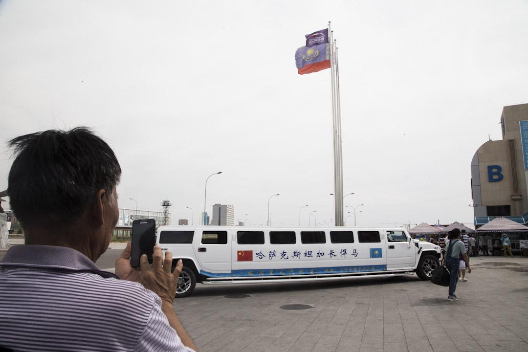 中國遊客在中哈邊境口岸霍爾果斯免稅區。