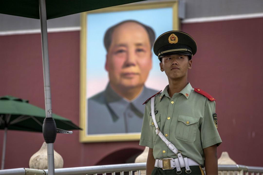 2017年8月1日,武警在北京天安門城樓前值守。  攝: Roman Pilipey/Imagine China