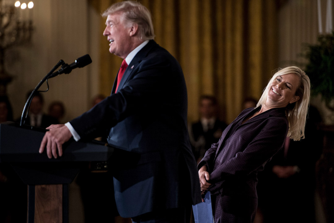 2017年10月12日,美國華盛頓首府,總統特朗普正為新任國土安全部長 Kirstjen Nielsen (右) 進行任命儀式時,她望著白宮幕僚長凱利 (John Kelly) 微笑。