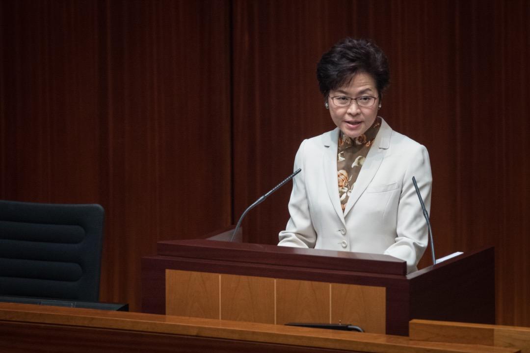就英國維權人士、執政保守黨人權委員會副主席羅哲斯(Benedict Rogers)11日被拒入境香港,香港特首林鄭月娥表示「外交是中央事務」,出入境事件要視乎有否涉及外交問題。圖為林鄭月娥11日在立法會宣讀施政報告。 攝:Stanley Leung/端傳媒