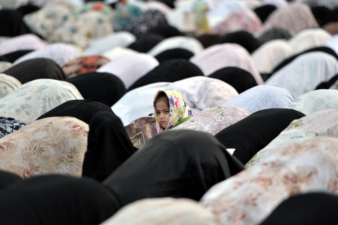 在齋戒月的最後一日,伊朗首都德黑蘭的 Shah Abdol Azim 聖陵聚集了大批伊斯蘭信徒,位開齋節進行禱告。 攝:Fatemeh Bahrami/Anadolu Agency/Getty Images