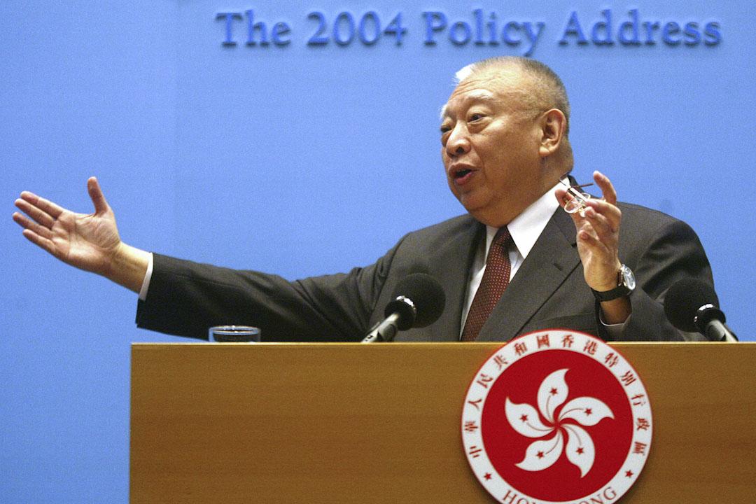 特首董建華是一位十分傳統、作風保守的政治人物。在施政取向上,也比較傾向盡快把香港融入大中華主體,而急於淡化香港在殖民地時代累積下來的那一種國際性。圖為2004年1月7日,特首董建華發表2004年施政報告。
