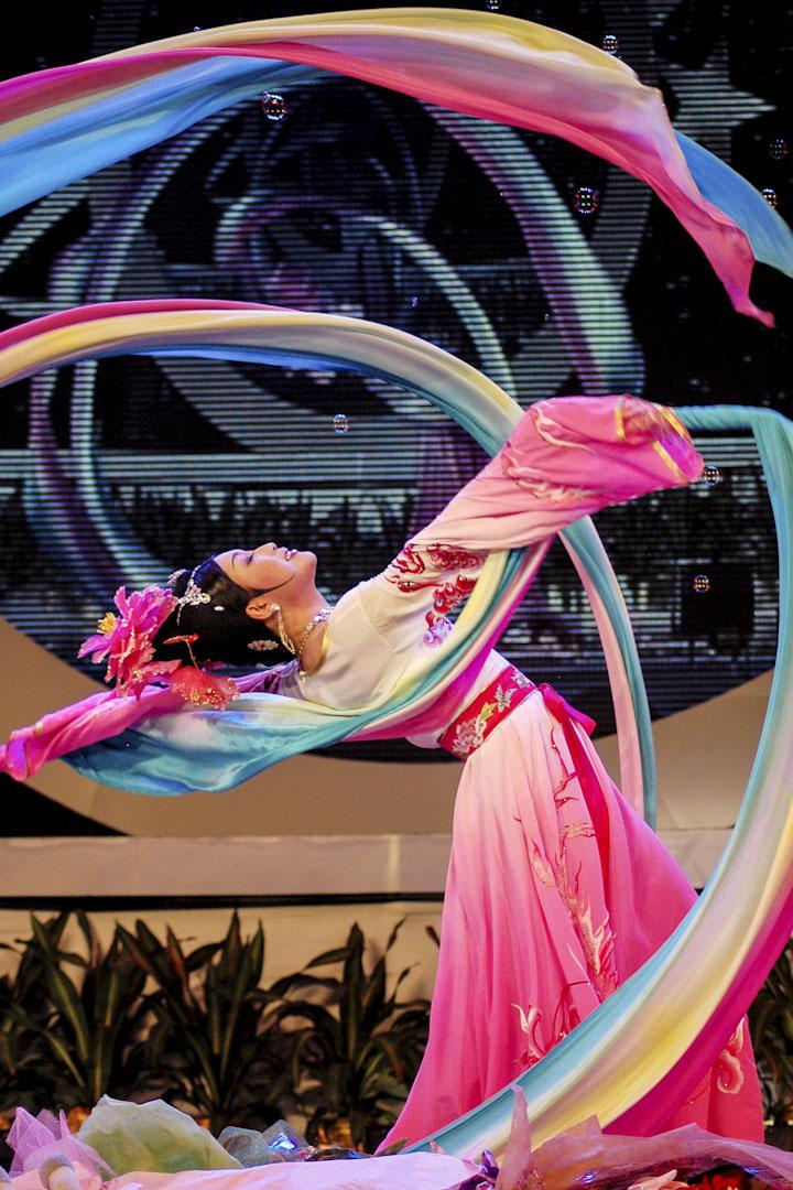 李玉剛在一個文藝晚會上表演京劇《貴妃醉酒》。