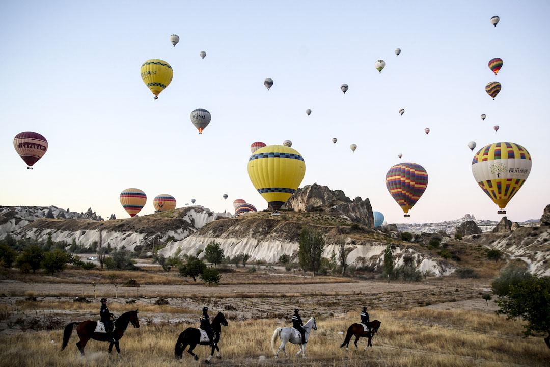 2017年10月12日,內夫謝希爾憲兵隊馬狗訓練中心指揮官在土耳其旅遊聖地卡帕多奇亞地區 (Cappadocia) 巡邏,確保地區安全。⠀