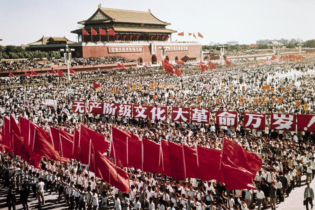 文化大革命是一場於1966年至1976年間在中國境內所發生的政治運動。由時任中國領導人毛澤東與中央文化革命小組,自上而下動員成千上萬紅衛兵在中國大陸進行全方位發動的階級鬥爭。圖為當時天安門的一場政治動員活動。 攝:Bettmann / Contributor /Getty Image
