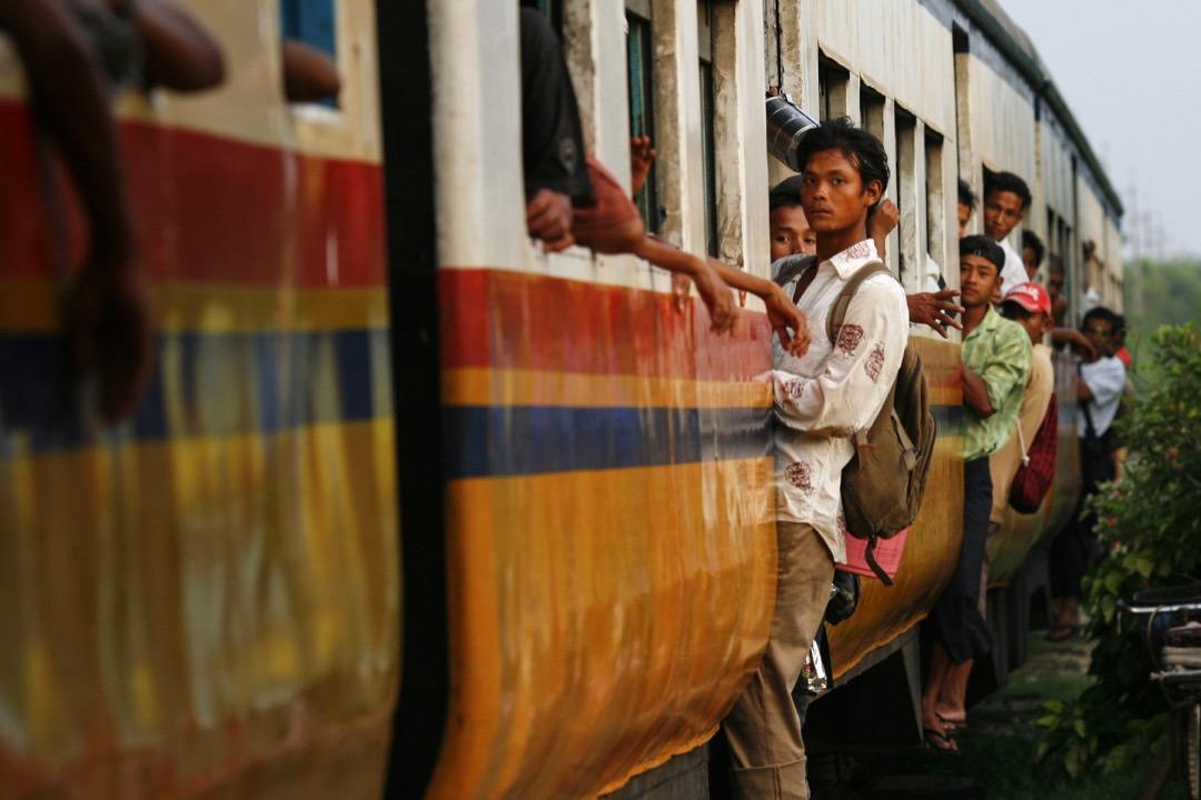 我坐的普通座(Ordinary Class)火車,遠比中國的硬座列車簡陋,路基很差,火車就像醉漢跳舞。 攝:Paula Bronstein/Getty Images