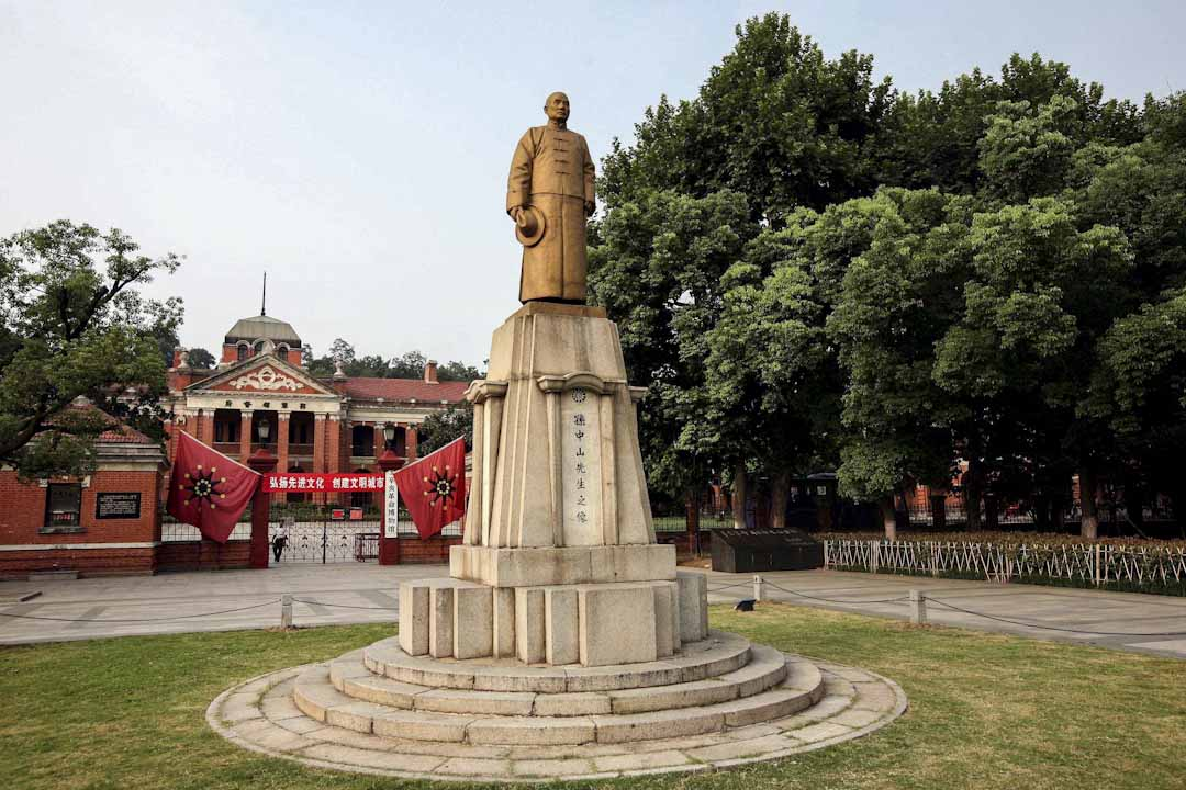 紅樓大門兩側懸掛當年軍政府以象徵十八省鐵血團結的「十八星旗」。大門前矗立著身著長袍馬褂,左手執杖,右手持帽,麵南而立,凝視遠方,儀表莊嚴安詳的孫中山銅像。