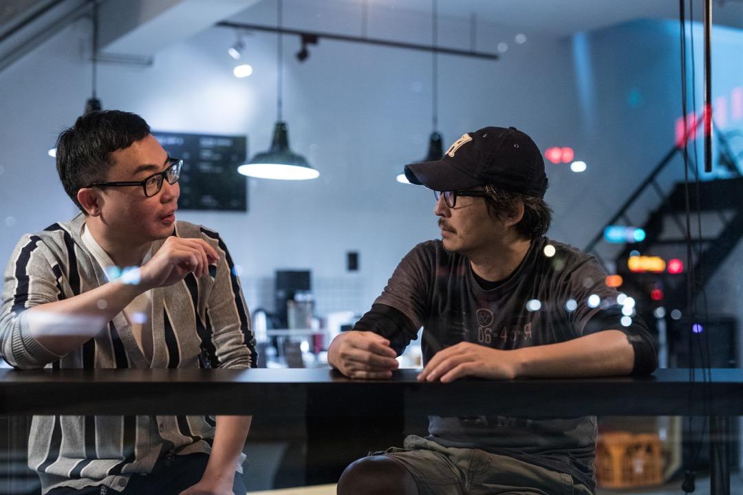 作家蔡崇達與 The Big Issue (大誌) 雜誌創辦人李取中對談。 攝:張國耀/端傳媒