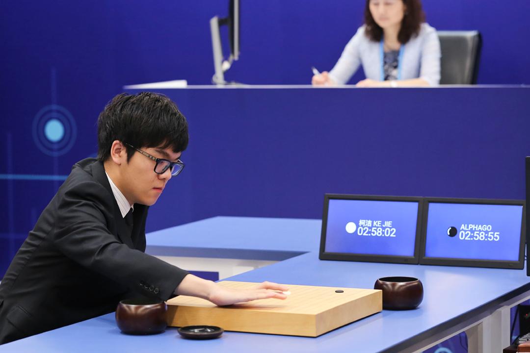 今年5月27日在中國浙江省嘉興市,世界第一19歲中國棋手柯潔與 AlphaGo 對奕。AlphaGo 最終以3局全勝擊敗柯潔。 攝:VCG via Getty Images