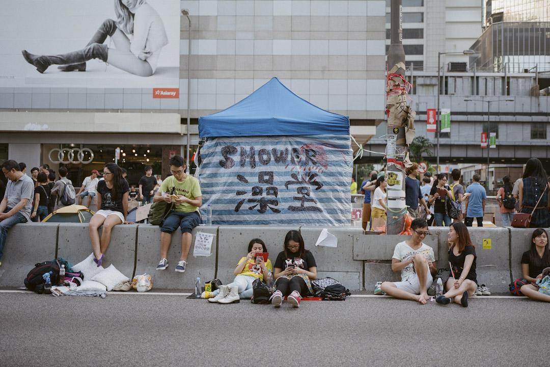 學者回憶三年前的雨傘運動,均感慨:雨傘運動爆發後,很多於香港土生土長的人突然對這個城市刮目相看。佔領區時期的各種自發的協作,小如免費派水和食物、扶行動不便者跨過公路之間的石壆,及至後來發展成一個不需金錢交易便可憑互助解決生活所需的群體,以帳篷建立起一條條村,有人說這是久違了的「人情味」,但遠超於此。 攝:林振東/端傳媒