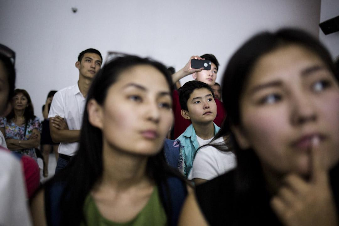 南韓館內的觀眾正專注觀賞展品。