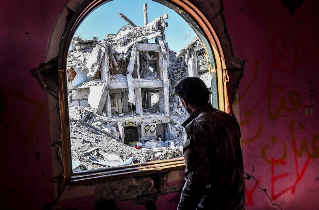2017年10月16日,有美國支持的敘利亞民主力量部隊與恐怖組織「伊斯蘭國」在敘利亞城市拉卡連番激戰後成功擊退「伊斯蘭國」,重奪拉卡控制權。一名部隊隊員從市內的一座建築物望向拉卡市內的情況。