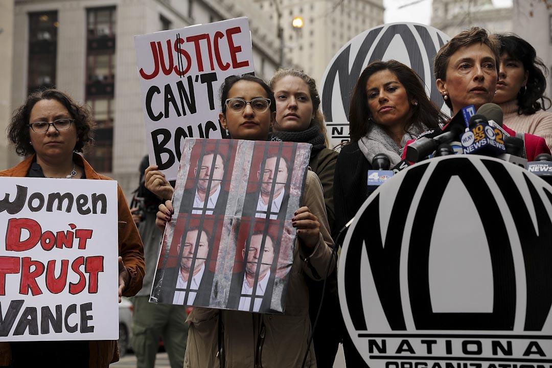 2017年10月13日,:國家婦女組織(NOW)的成員在紐約曼哈頓的法院外示威,針對Harvey Weinstein曾於2015年涉及的一宗性騷擾罪,當時法院沒有起訴Harvey Weinstein。