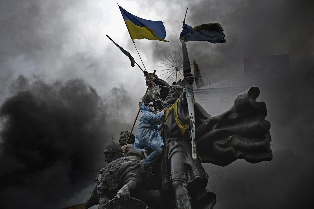 2013年11月,當時烏克蘭時任總統亞努科維奇(Viktor Yanukovych)突然停止簽署與歐盟的經濟合作進程,導致反對者舉行大規模示威,抗議持續幾個月之久。圖為2014年2月20日,反政府示威者在獨立廣場與警察發生衝突。 攝:Jeff J Mitchell/Getty Images