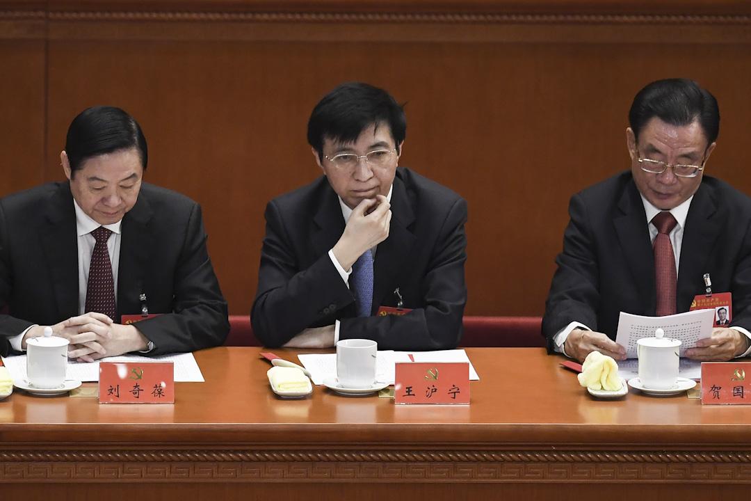 2017年10月24日,中央政治局委員王滬寧(中)出席中國共產黨第十九次全國代表大會閉幕。 攝:Wang Zhao /AFP/Getty Images