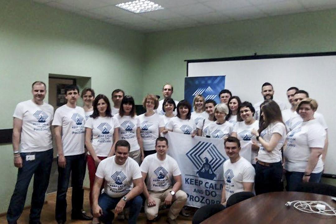 由上百名背景各異的志工組成,ProZorro 從一個數位採購系統開始,要挑戰反轉烏克蘭的公部門體質。左 1 為主導 ProZorro 核心人物斯塔羅杜布謝夫。