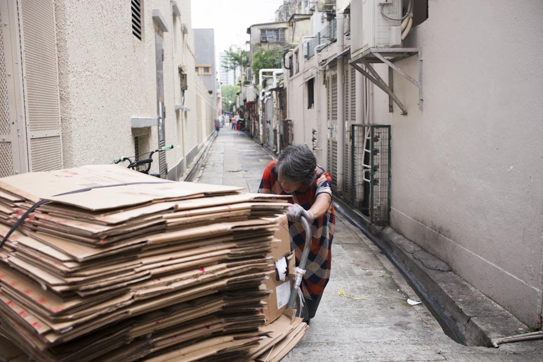 黃月嫻獨力推著堆滿紙皮的手推車,走20分鐘的路,去賣給一家回收舖。