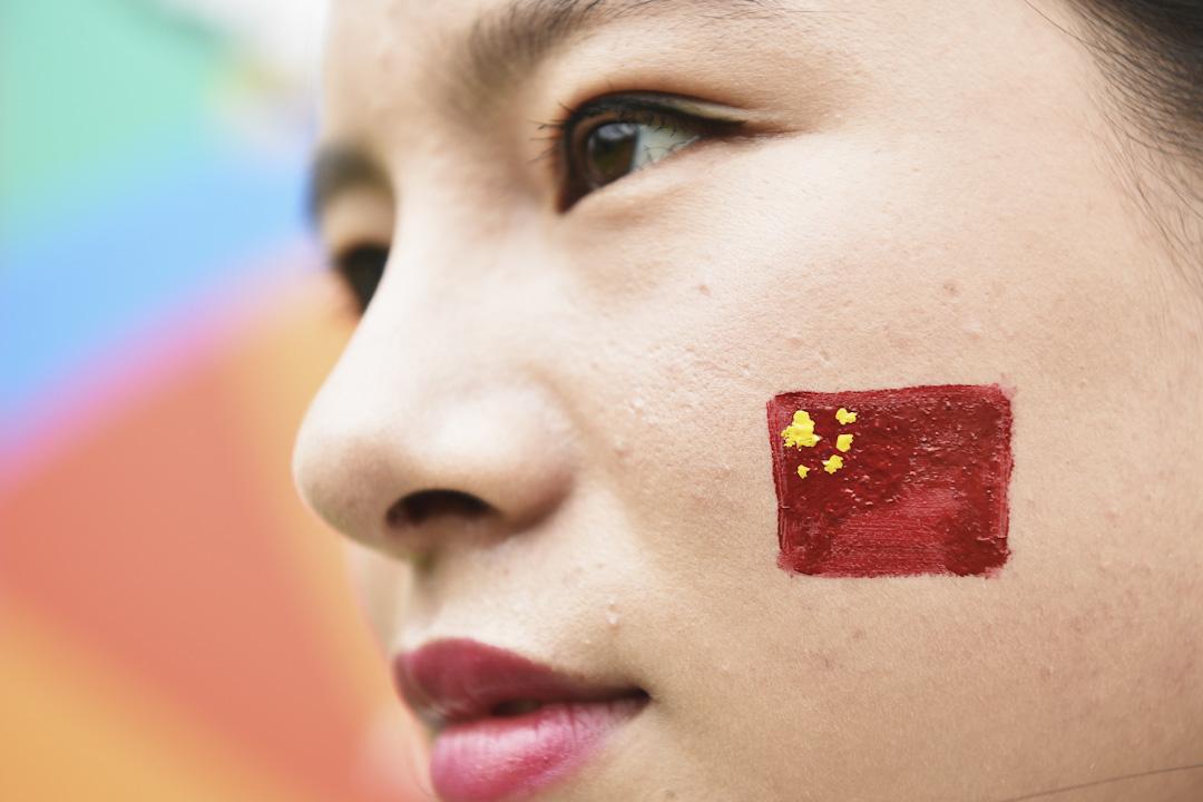 2015年,深圳的一個高爾夫球賽事上,一位女士在她的臉上畫了一幅國旗圖案。