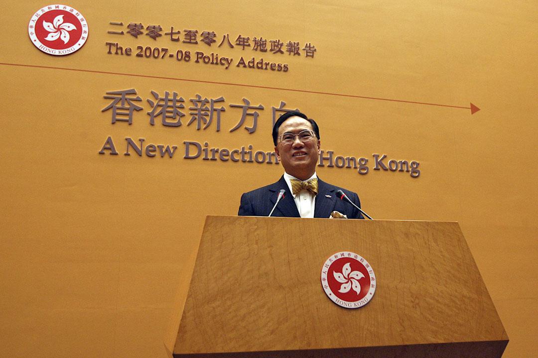 特首曾蔭權任內,沒有展示具開創性的施政藍圖,也沒有大刀闊斧處理香港面對的各種問題,但他也沒有像董先生那樣處處突出一國,淡化兩制。圖為2007年10月10日,特首曾蔭權發表2007年施政報告。