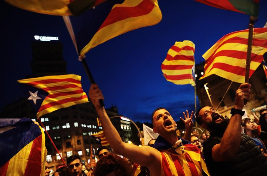 10月21日,西班牙政府宣布正式啟動憲法第155條收回加泰自治權後,在加泰首府巴塞隆拿有約45萬人示威。 攝:Jack Taylor/Getty Images