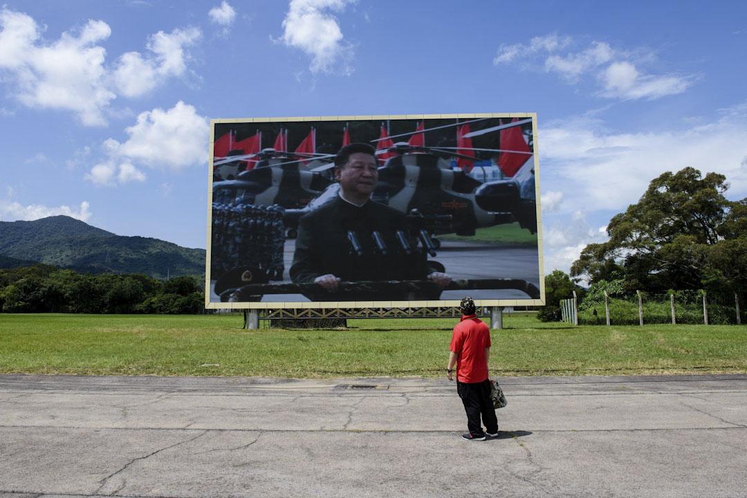 2017年6月30日,中國國家主席習近平在香港解放軍石崗軍營檢閱駐軍部隊,觀眾觀看屏幕上顯示習近平的畫面。