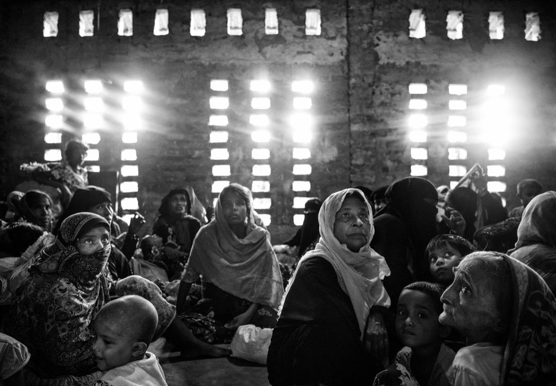 2017年9月22日,羅興亞難民在越過緬孟邊境的納夫河,到達孟加拉科克斯巴扎爾縣後,在縣裡的一所伊斯蘭教學校稍作休息。