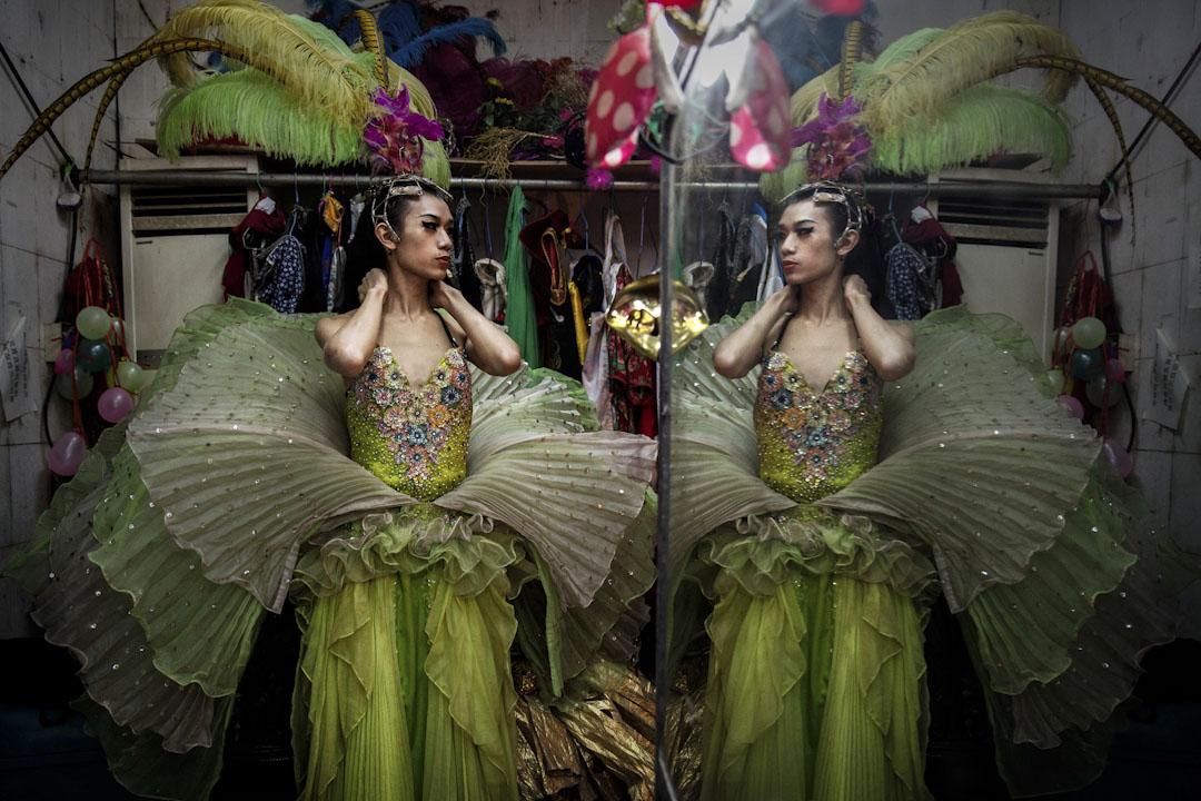2015年1月9日,廣西南寧一間變裝皇后酒吧,一位變裝皇后於表演前在後台照鏡子。 攝:Kevin Frayer/Getty Images