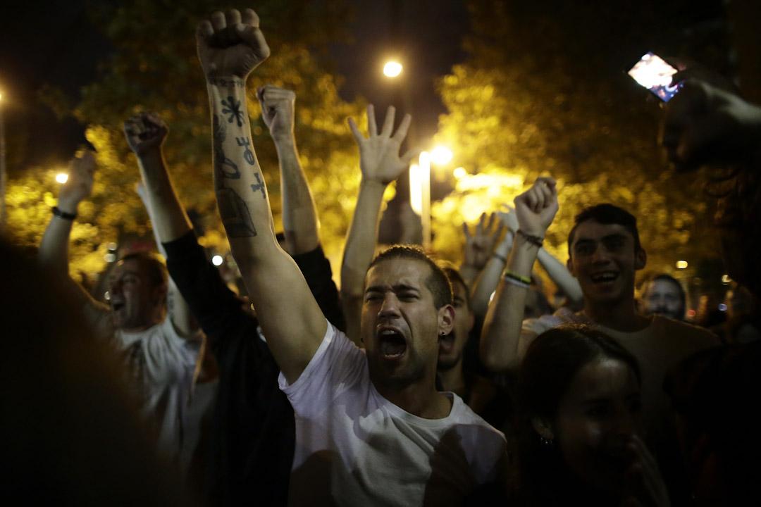 2017年10月1日,支持公投的市民集會等候加泰羅尼亞獨立公投結果。
