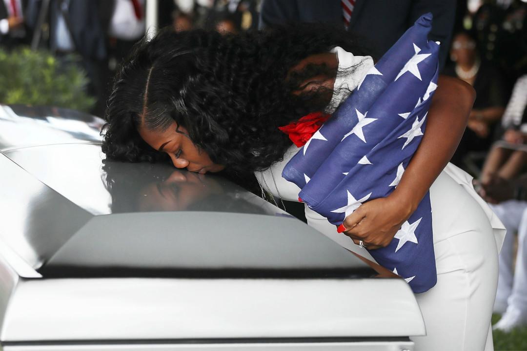 2017年10月21日,美軍已故士兵約翰遜(La David T. Johnson)在佛羅里達落葬,遺孀梅西亞(Myeshia Johnson)親吻丈夫的棺材。 攝:Joe Raedle/Getty Images