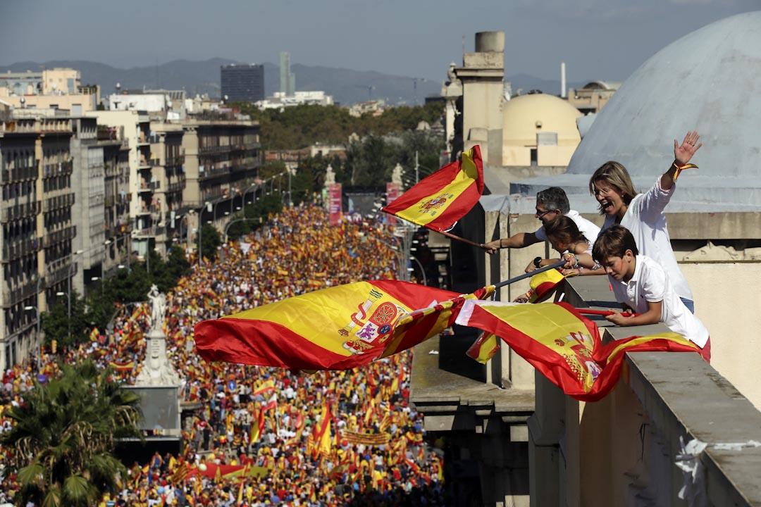 2017年10月8日,反獨派人士在巴塞隆拿發起遊行,期間部分人揮舞西班牙的國旗,抗議加泰羅尼亞的獨立運動。