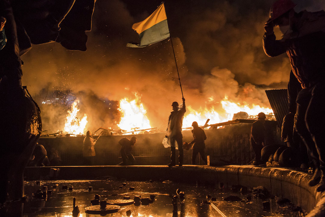 2014年2月19日,在烏克蘭的基輔,反政府示威者守在獨立廣場外,與警察抗衡。