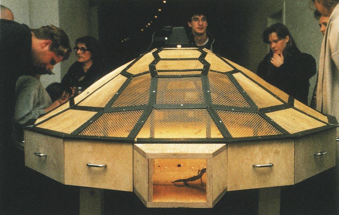 藝術家黃永砯於1993年展出的「世界劇場」。