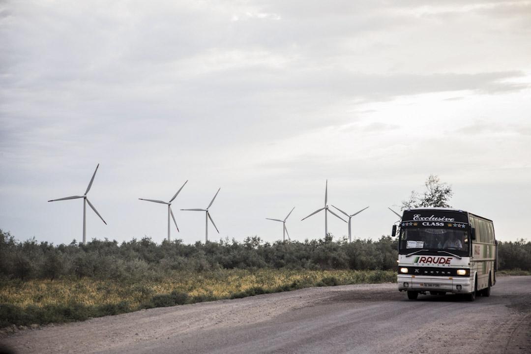 中哈兩國共同新建的「雙西公路」與路邊的小型風力發電廠。