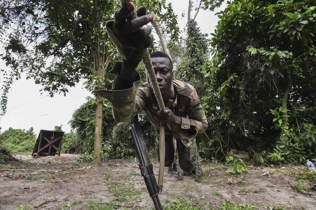 2017年10月10日,科特迪亞城市阿比讓,一名法國軍官正訓練科特迪亞軍隊的士兵。