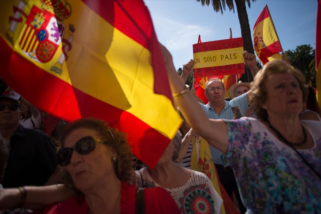 2017年9月30日,西班牙城市馬拉加,市民參加遊行反對加泰隆尼亞獨立公投,有參與者揮舞西班牙國旗。