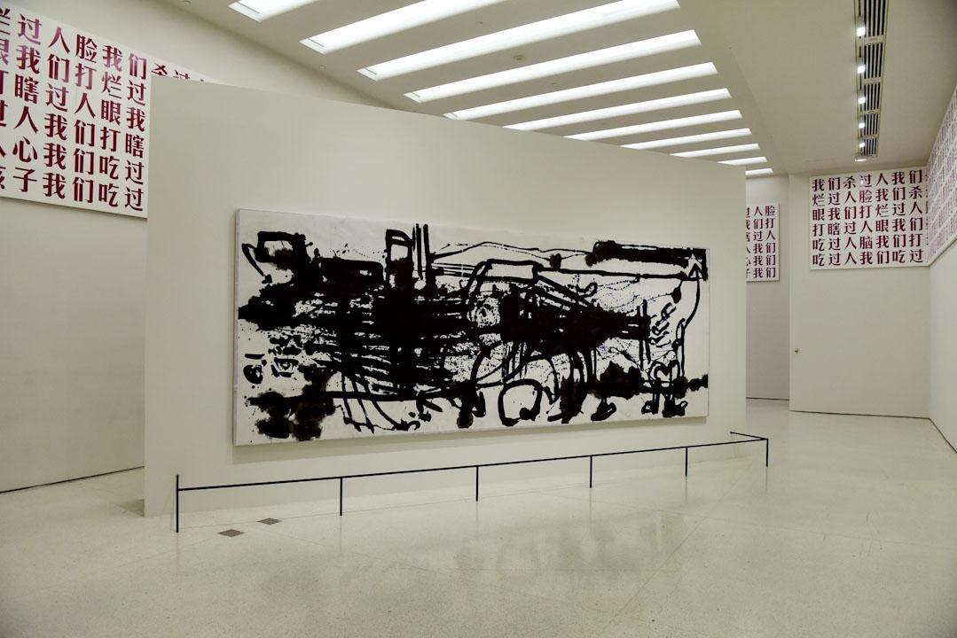 楊詰蒼的《生命線》(前)與顧德的《2009-05-02》(紅色大字)。