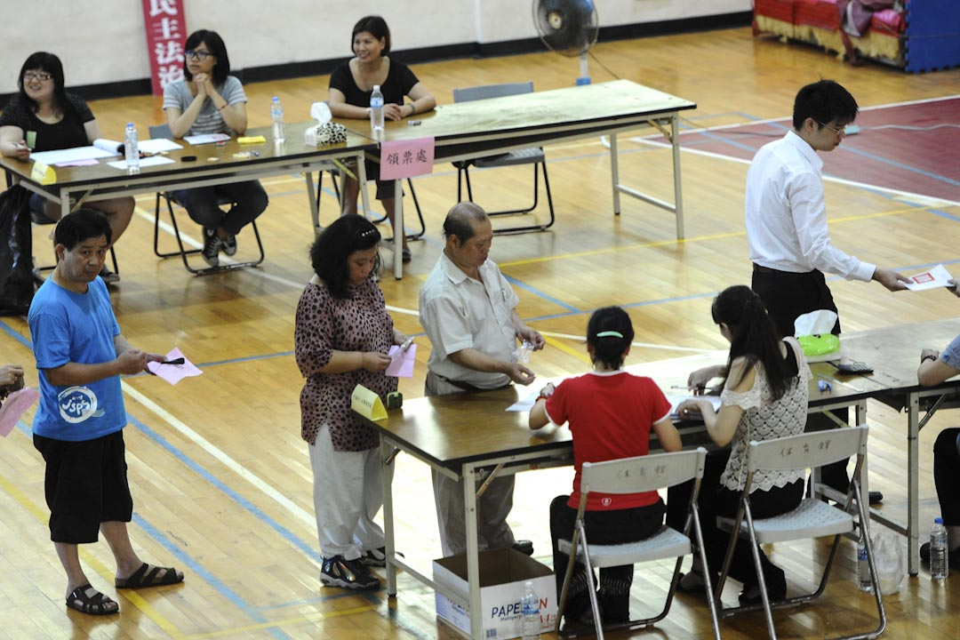 2012年7月7日,馬祖博弈公投,當地居民排隊在馬祖的投票站投票,決定是否在台灣開設第一家賭場。投票結果是同意票勝出,是目前唯一一次「通過」之公投。