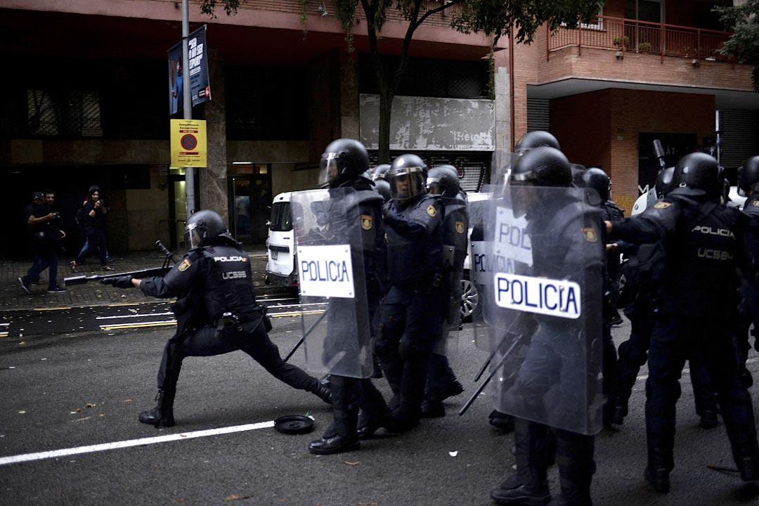 2017年10月1日,警察在巴塞隆拿向嘗試到學校票站的民眾發射橡膠子彈。
