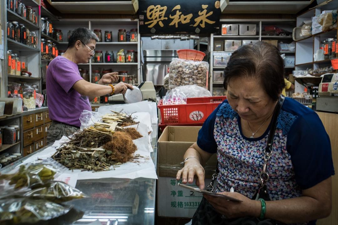 近期有國際權威醫學期刊的文章顯示,含馬兜鈴酸的有毒草藥是導致亞洲肝癌的重要原因之一。圖為上環的一家藥材舖。 攝:Stanley Leung/端傳媒